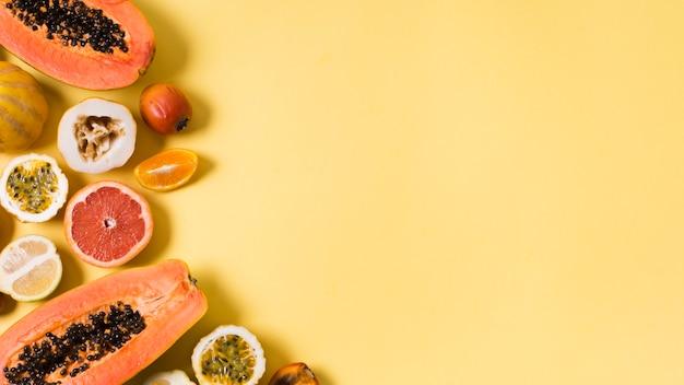 Draufsicht-sammlung von exotischen früchten mit kopienraum