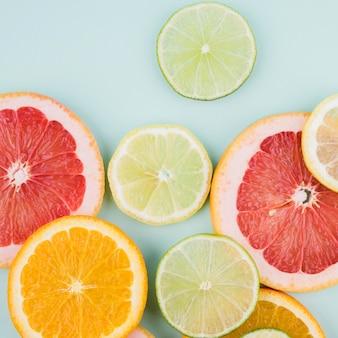Draufsicht-sammlung von fruchtscheiben auf dem tisch