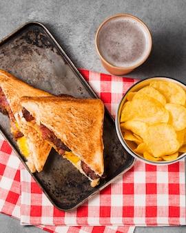 Draufsicht sandwich mit speck und käse mit pommes