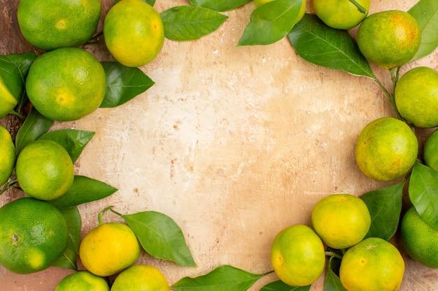 Draufsicht saure grüne mandarinen auf dem hellen hintergrund