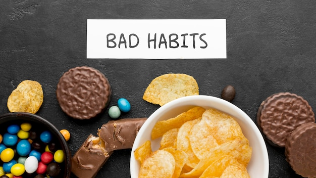 Draufsicht schlechte angewohnheit mit snacks auf schreibtisch