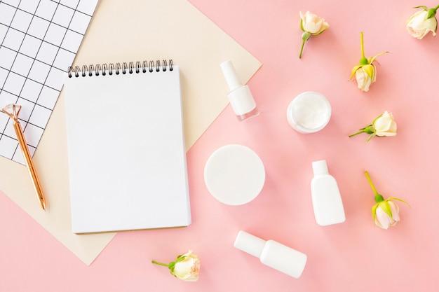 Draufsicht schönheitskosmetik mit notizbuch daneben