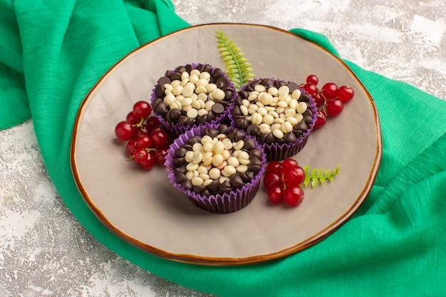 Draufsicht schokoladen-brownies mit preiselbeeren innerhalb platte der leichte schreibtischkuchenkeks süßer backteig