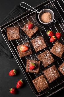 Draufsicht schokoladendessert mit erdbeeren