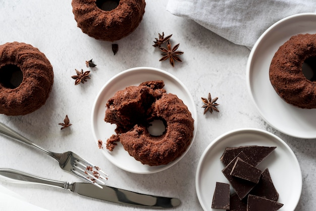 Draufsicht schokoladenkuchen mit sternanis und schokoladenstücken