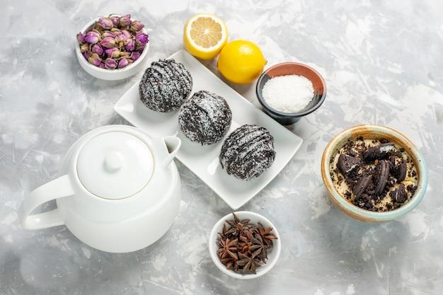 Draufsicht schokoladenkuchen mit zitrone auf weißer oberfläche