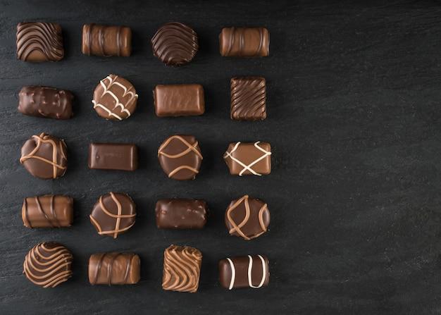 Draufsicht schokoladenmischung auf schwarzem steinhintergrund