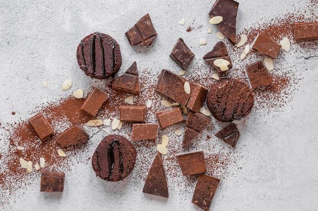 Draufsicht-schokoladensortiment auf hellem hintergrund