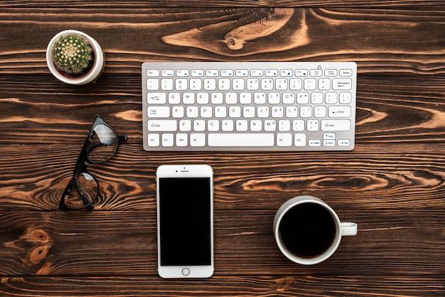 Draufsicht schreibtisch mit einer tasse kaffee und smartphone