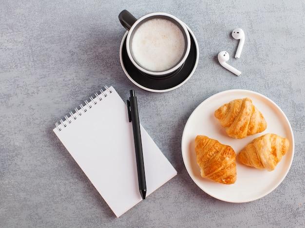 Draufsicht schreibtisch mit notizbuch und tasse kaffee