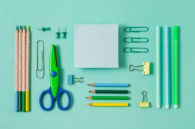 Draufsicht schreibtischanordnung mit grünen gegenständen