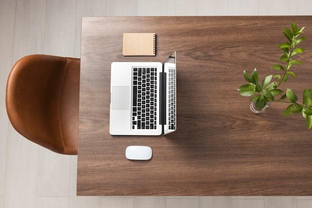 Draufsicht schreibtischanordnung mit laptop