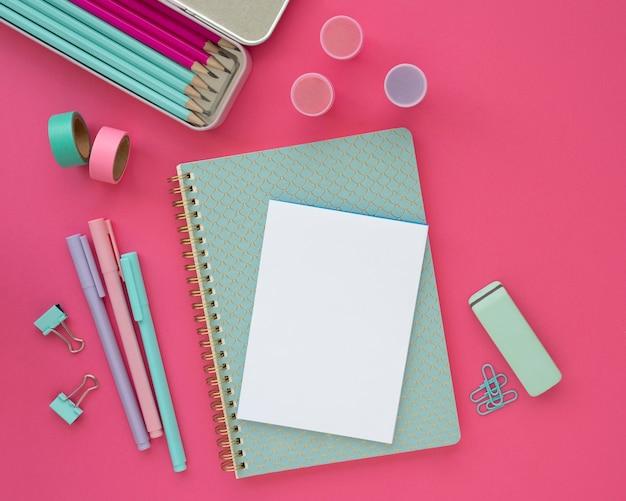Draufsicht schreibtischanordnung mit notebook