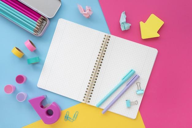 Draufsicht schreibtischanordnung mit offenem notizbuch