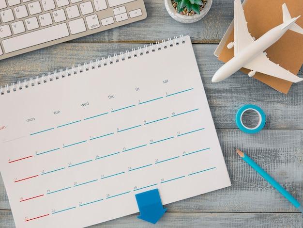 Draufsicht schreibtischkalender mit spielzeugflugzeug