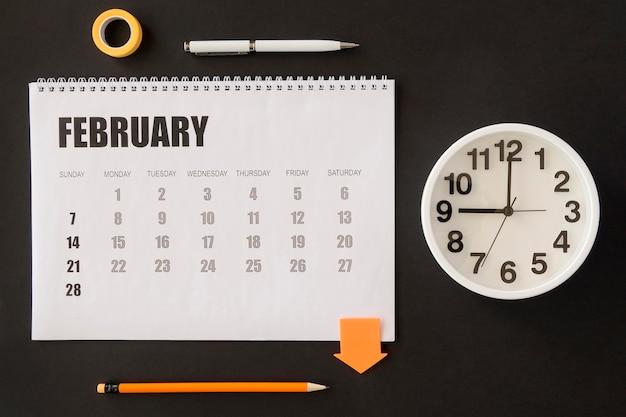Draufsicht schreibtischkalender und uhr