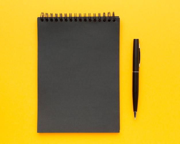 Draufsicht schreibtischkonzept mit notizblock
