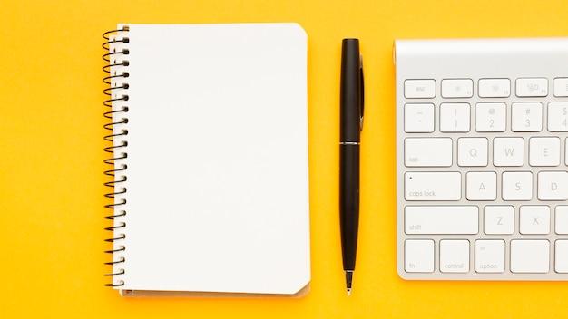 Draufsicht schreibtischkonzept mit notizbuch