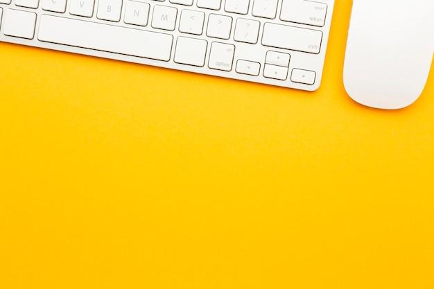 Draufsicht schreibtischkonzept mit tastatur