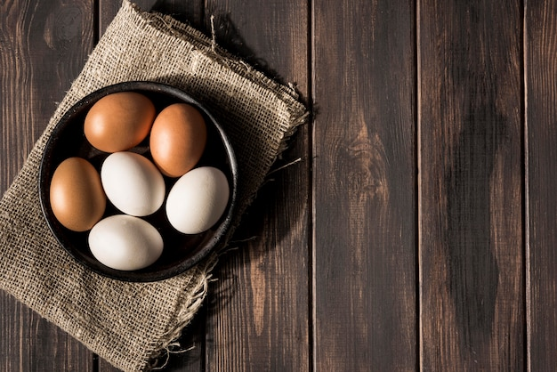 Draufsicht schüssel mit eiern und kopierraum