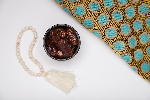 Draufsicht schüssel mit snack für ramadan