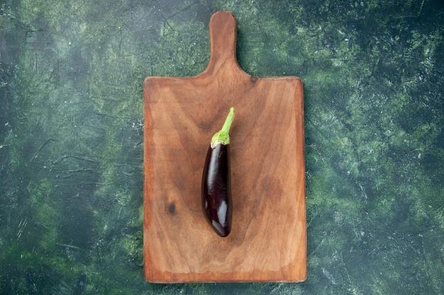 Draufsicht schwarze aubergine auf schneidebrett und dunkle hintergrundfarbe reifen salat gemüselebensmittel abendessen frisch