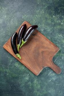Draufsicht schwarze auberginen auf dunklem hintergrund farbe reifen salat frisches gemüse abendessen mahlzeit