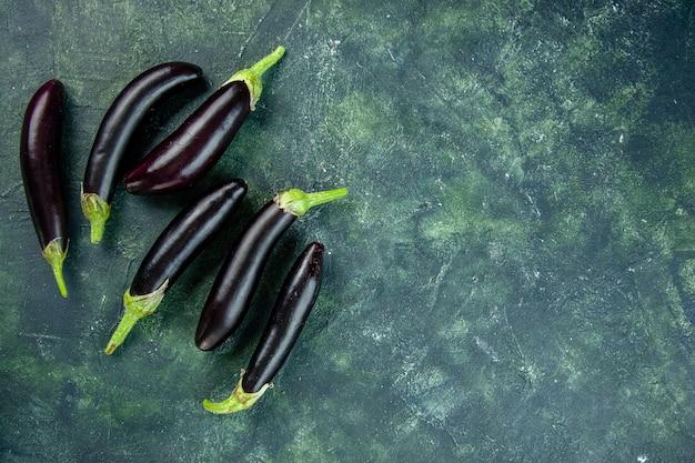 Draufsicht schwarze auberginen auf dunklem hintergrund reifen salat frisches gemüse essen abendessen mahlzeit farbe