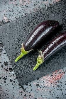 Draufsicht schwarze auberginen auf heller oberfläche lebensmittelfarbe frische mahlzeit reifen salat gemüsedinner