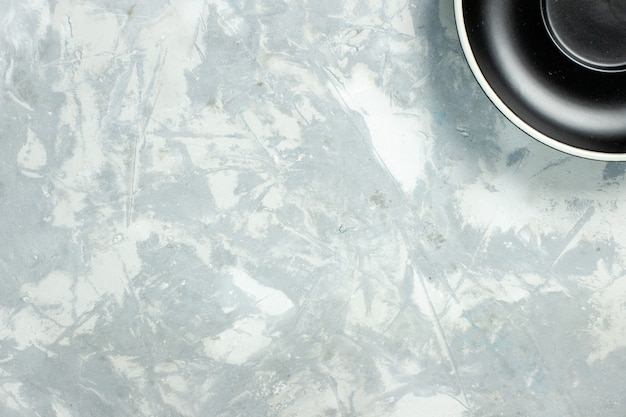 Draufsicht schwarze platte leere runde gebildet auf weißer hintergrundplatte glaslebensmittelfarbe