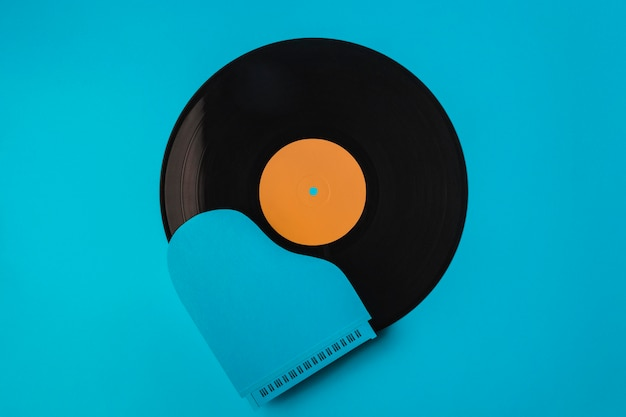 Draufsicht schwarze vinylkomposition mit blauem klavier