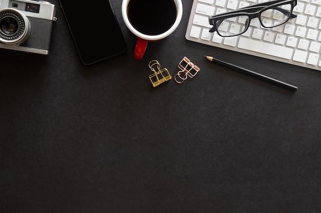 Draufsicht schwarzes schreibtischbüro mit kopienraum für die eingabe des textes auf flachem lay