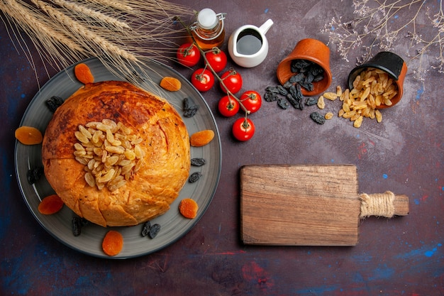 Draufsicht shakh plov östliche mahlzeit besteht aus gekochtem reis innerhalb des runden teigs auf dem dunklen hintergrundküchenmahlzeit-nahrungsmittel-teigreis