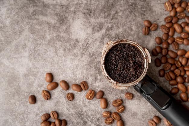 Draufsicht siebträger mit gerösteten kaffeebohnen