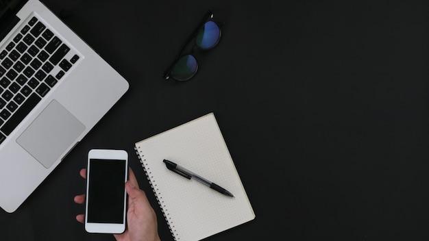 Draufsicht smartphone-modell mit laptop