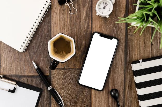 Draufsicht smartphone-vorlage über arbeitsbereich