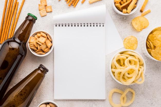 Draufsicht snacks und leeres notizbuch