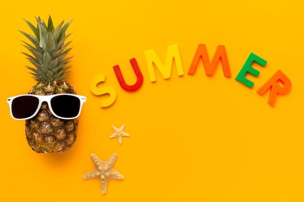 Draufsicht sommerzeit mit ananas