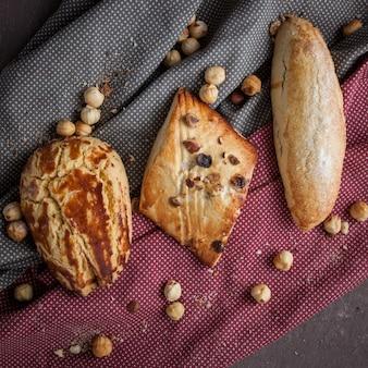 Draufsicht sortierte kekse mit nüssen im lappen
