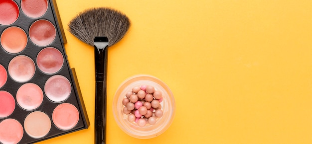 Draufsicht-sortiment an make-up-zubehör mit kopierraum