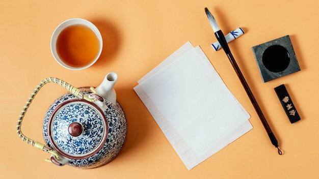 Draufsicht-sortiment der chinesischen tinte mit leerem papier