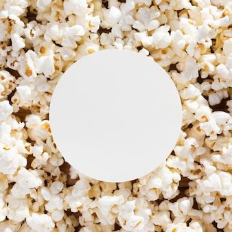 Draufsicht-sortiment von frischem popcorn auf dem tisch