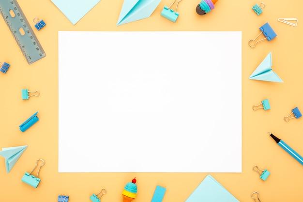 Draufsicht-sortiment von schreibtischelementen mit leerer karte