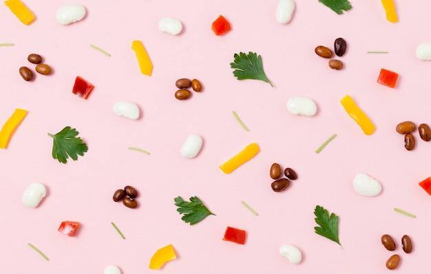 Draufsicht sortiment von trauben und gemüse auf dem tisch