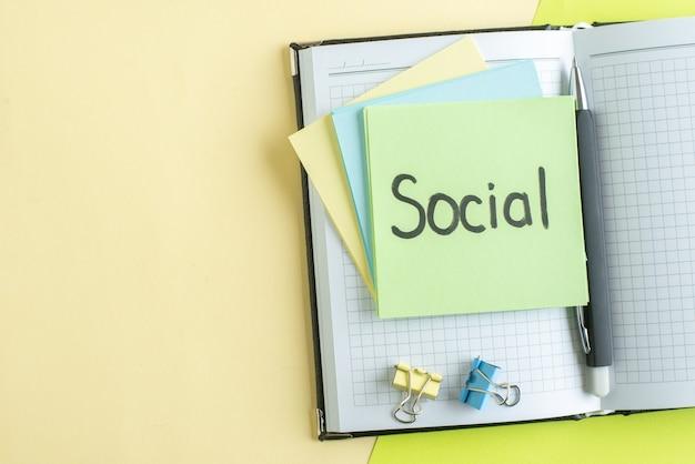 Draufsicht soziale schriftliche notiz mit aufklebern und notizblöcken auf gelbgrünem hintergrund college job office schule geld farbe business copybook gehalt