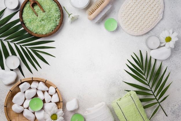 Draufsicht spa handtücher mit steinen auf dem tisch
