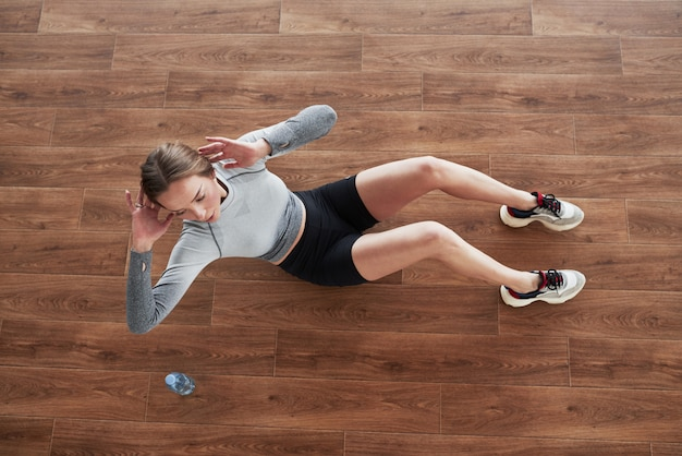Draufsicht. sportliche junge frau haben fitness-tag im fitnessstudio zur morgenzeit