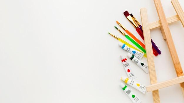 Draufsicht staffelei und aquarellfarbe