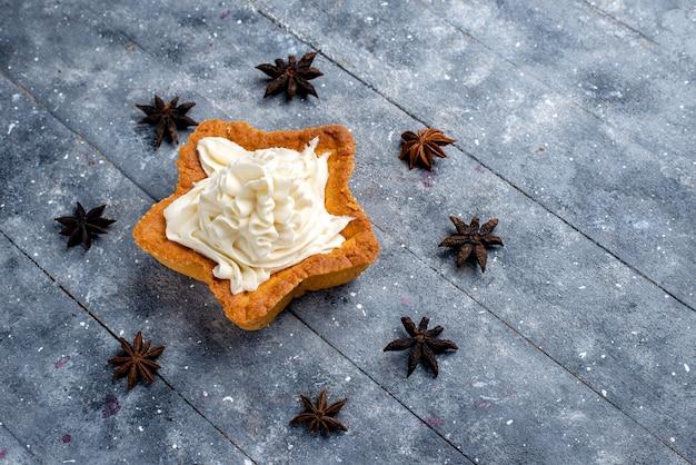 Draufsicht sternförmiger kuchen mit sahne auf dem hellen hintergrundkuchen-keks süße backcreme