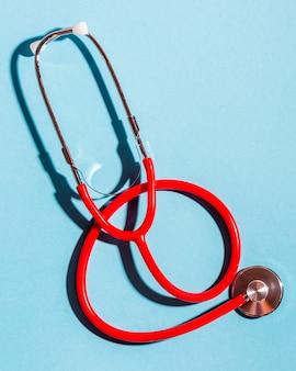Draufsicht-stethoskop auf blauem hintergrund